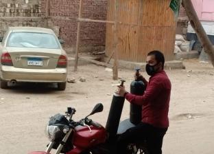 «محمد» ترك عمله لتوزيع أسطوانات الأكسجين على جيرانه: لازم حد يساعد