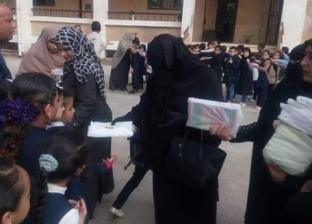 توزيع شنط وأدوات مدرسية على 1070 طالبا من غير القادرين في دمياط