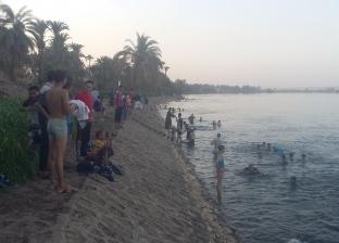 السباحة في النيل مقصد المحتفين بالعيد بقرى المنيا