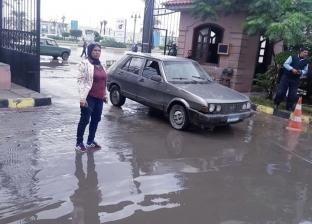 """رئيس """"وسط الإسكندرية"""" تجري جولة تفقدية لمتابعة شفط المياه من الشوارع"""