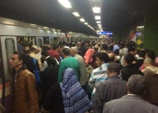 """تكدس الركاب على أرصفة محطات الخط الثاني بسبب تأخر زمن تقاطر """"المترو"""""""