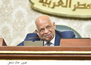 """عبد العال ممازحا """"القصبي"""" تحت قبة البرلمان: """"اوعى تكون عايز تأذن هنا"""""""
