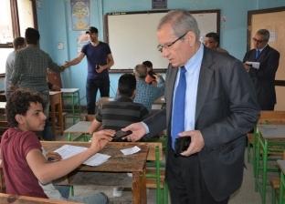 نائب وزير التعليم يضبط تليفونات محمولة بحوزة طلاب داخل لجان الدبلومات