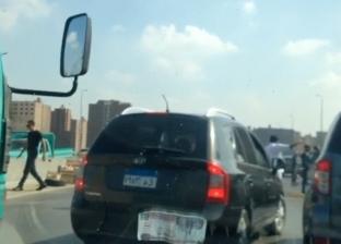 فيديو.. لص يسرق هاتف أحد المواطنين على الطريق الدائري