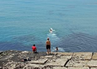 بالصور| هروب المواطنين للشواطئ بسبب ارتفاع درجة الحرارة في الإسكندرية