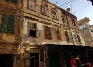 بالصور  تسليم 6 عقارات آيلة للسقوط لإزالتهم بوسط الإسكندرية