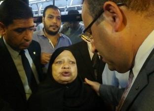 محافظ الإسكندرية يعد سيدة بتوفير سكن ومساعدتها