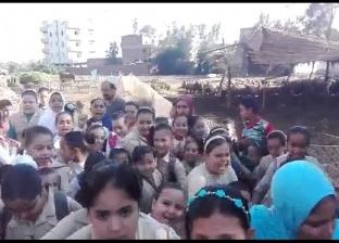 تجمهر تلاميذ مدرسة ابتدائية بالبحيرة احتجاجا على إزالتها