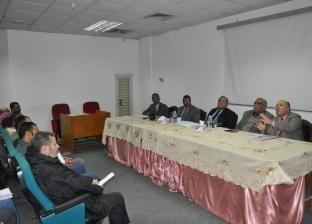 بالصور| رئيس جامعة حلوان يجتمع مع العاملين لبحث مشاكلهم