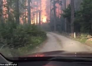 فيديو مرعب| نجاة أب وابنه من حريق غابات.. ماذا لو انفجرت السيارة؟