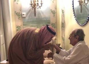 الملك سلمان يقبل يد شقيقة الأكبر طلال آل سعود