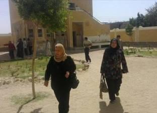 أهالى قرية فزارة بأسيوط مهددون بالموت صعقا بالكهرباء تحت محول آيل للسق