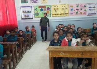 """""""إبراهيم"""" بيعلم التلاميذ بالغناء والتمثيل: """"المعلومة هتوصل أسرع"""""""