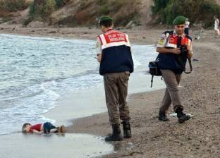 """""""نيويورك تايمز"""": صورة جثة الطفل السوري جلبت التركيز إلى أزمة الهجرة"""
