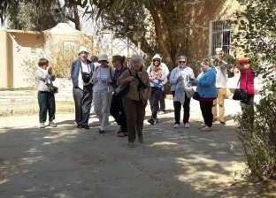 وفد سياحي متعدد الجنسيات يزور المناطق الأثرية في المنيا