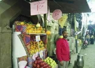 «إبراهيم» يبيع الفاكهة بالواحدة: الفراولة بـ50 قرشاً واليوسفى بـ150