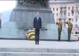 فيديو| السيسي يعدّل وضع العلم المصري عند النصب التذكاري في بيلاروسيا