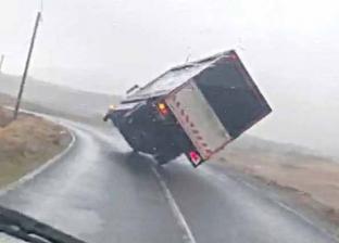فيديو.. عاصفة تسبب في انقلاب شاحنة على الطريق السريع