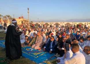 محافظ كفر الشيخ يؤدي صلاة العيد.. ويصافح الأطفال بساحة الاستاد