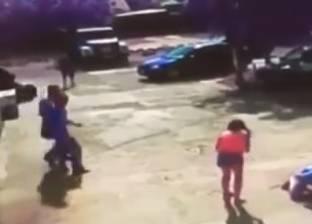 بالفيديو| لقطات مفزعة لشاب ترفعه الرياح عن الأرض