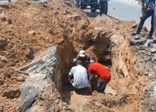إصلاح كسر خط المياه الرئيسي بالمنصورة