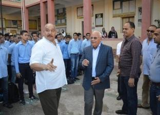 في أول يوم دراسي.. محافظ بورسعيد يشارك الطلاب طابور الصباح وتحية العلم