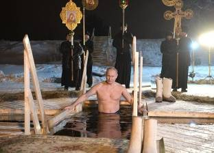 «بوتين» يعوم فى مياه بحيرة متجمدة احتفالاً بـ«عيد الغطاس»