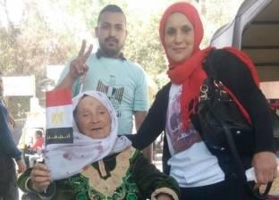 سبعينية تقبل ضباط الجيش والشرطة خلال التصويت: ولادي حبايبي ربنا يحميكم