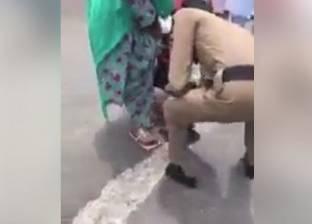 """""""أبطال الحج"""".. رجل أمن يخلع حذائه لحاجة فقدت نعلها في الزحام: مشي حافي"""