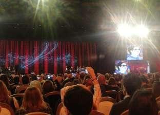 """بحضور السيسي.. أم كلثوم تظهر على مسرح شباب العالم في أغنية """"أنت عمري"""""""