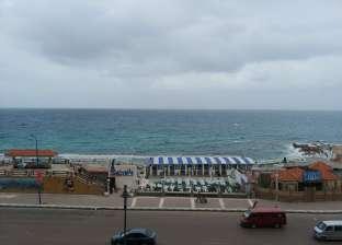 بالصور  هطول أمطار خفيفة وارتفاع الأمواج لـ6.5 متر بالإسكندرية
