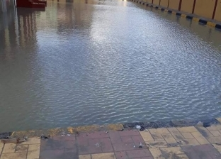 """بالصور  الأمطار تحول ملعب مدرسة إعدادية بالإسكندرية لـ""""حمام سباحة"""""""