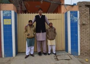 """""""ضياء"""".. باكستاني صاحب لقب """"أطول رجل في العالم"""": """"مش عارف أتجوز"""""""