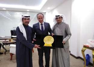 «الإعلام الكويتية» تسلم درعا تذكاريا لرئيس هيئة الكتاب لجهوده في «معرض القاهرة»
