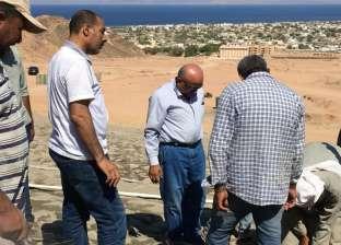 بالصور.. استكمال منظومة حماية مدينة دهب من أخطار السيول