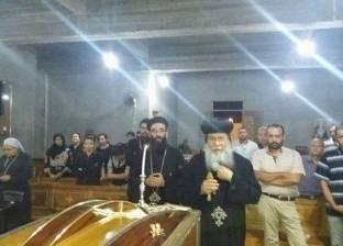 أسقف المنيا يترأس جنازة سيدة مسنة: الكنيسة أهل من لا عائل له