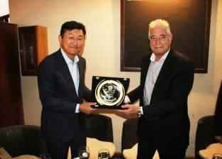 بالصور| خالد فودة يهدي درع المحافظة لسفير كوريا الجنوبية لدى القاهرة