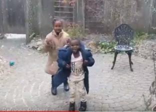 بالفيديو| طفلان من لاجئي إريتريا يحتفلان بمشاهدة الثلوج للمرة الأولى