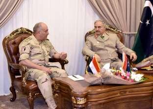 مصادر دبلوماسية: «حفتر» عرض على مصر نتائج «اجتماعات باريس».. والقاهرة تواصل جهودها لحل الأزمة الليبية