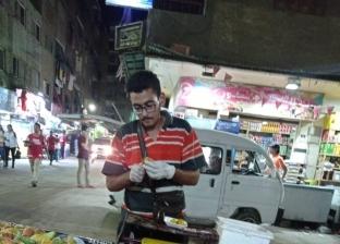 طالب هندسة وبائع تين شوكي.. «كمال» يوفر مصاريفه بـ«عربية كارو»