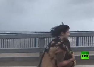 فيديو.. بجعة محظوظة تنجو من إعصار قتل 30 شخصا
