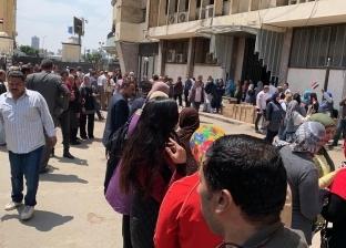 بالصور| الزحام يجبر رئيس لجنة الوافدين بمبنى ماسبيرو على وقف التصويت