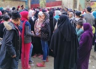 أولياء الأمور يحتشدون أمام المدارس: إحنا اللى بنمتحن