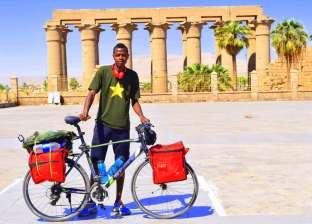 بالصور| سيسيه النوبي.. رحالة قطع 1400 كيلو متر بدراجته للترويج للسياحة