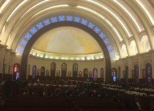 بالصور  كاتدرائية ميلاد المسيح تتزين بالورود قبيل القداس