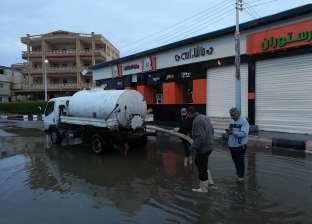 رئيس مصيف بلطيم يشرف على شفط مياه الأمطار