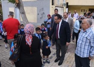 """محافظ الإسكندرية يتفقد عددا من المدارس.. ويؤكد للطلاب: """"أنتم أمل مصر"""""""