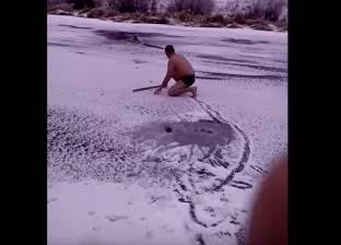 بالفيديو| رجل يخاطر بحياته لإنقاذ كلب وسط الثلوج