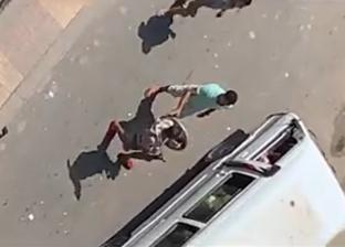 فيديو.. لحظات ترويع بلطجي بدرع وسيف لمواطنين في الإسكندرية