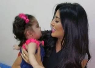 ملكة جمال العرب تتكفّل بطفلة من اللاجئين السوريين